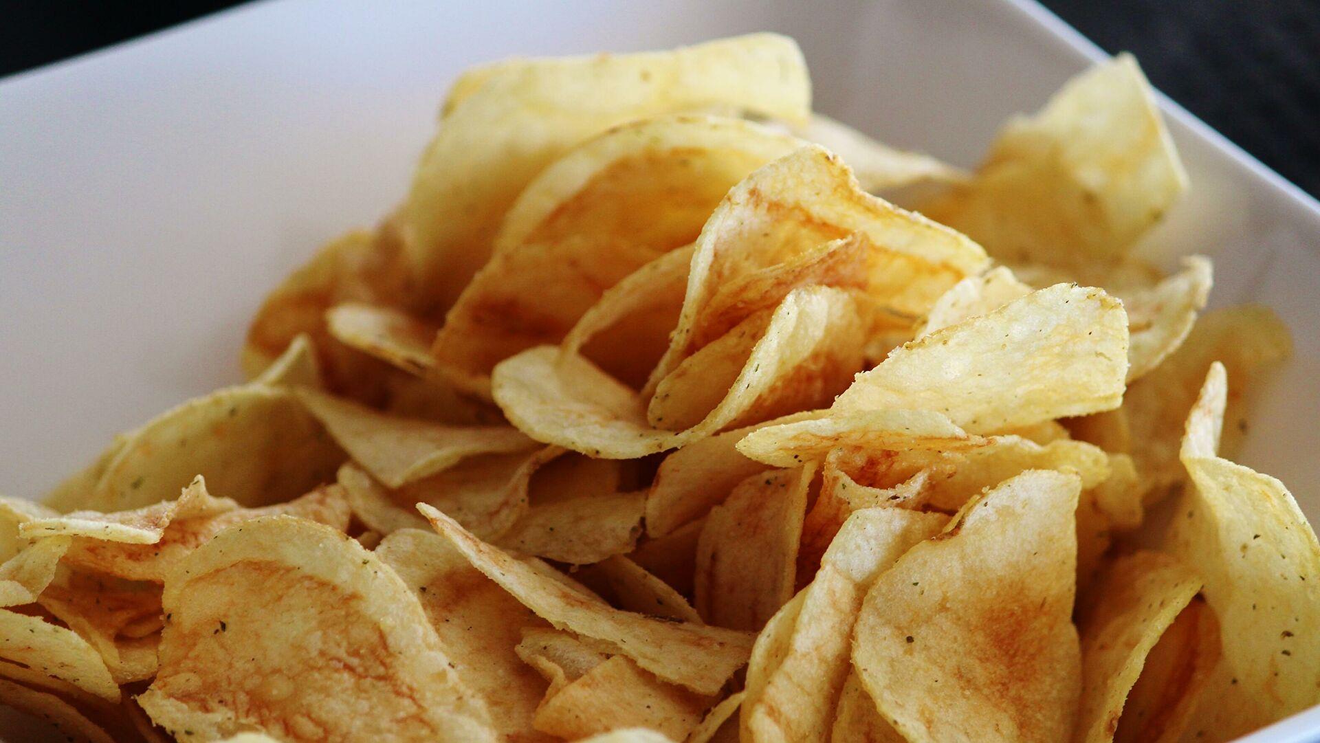 Диетолог рассказала, как есть чипсы без вреда для здоровья