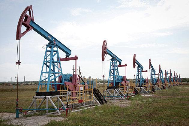 Цены на нефть замедлили рост на укреплении доллара