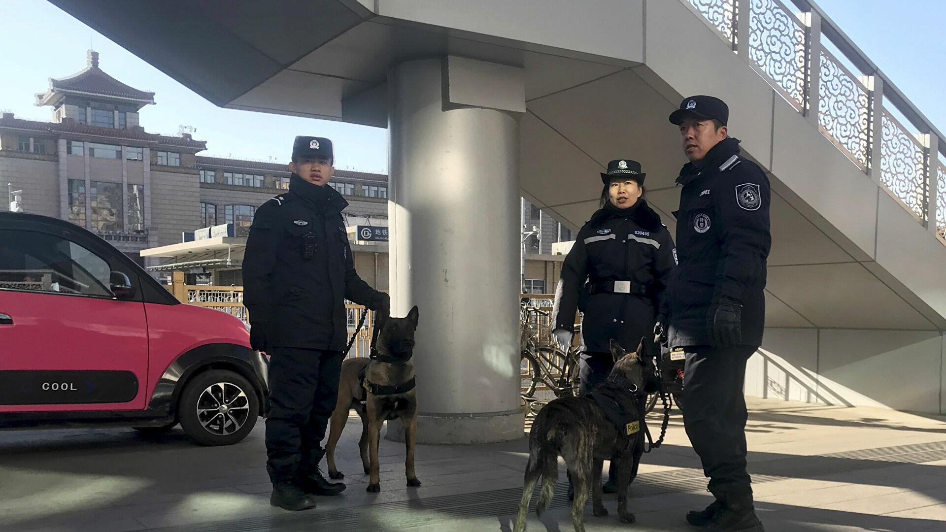 В Китае мужчина с ножом напал на школьников в подземном переходе