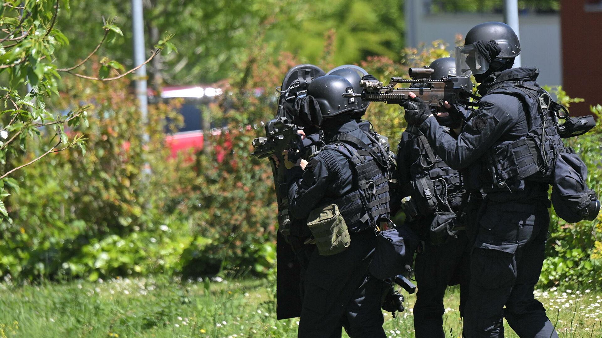 Напавший на сотрудницу полиции под Нантом умер, сообщили СМИ