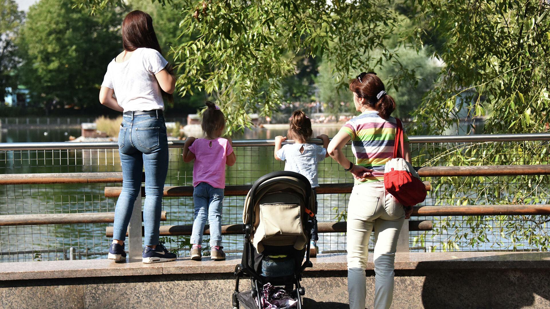 Минтруд обозначил срок приема заявлений на выплаты семьям с детьми