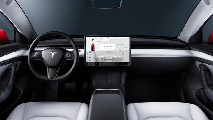 Камера в салоне Tesla начала следить за водителями