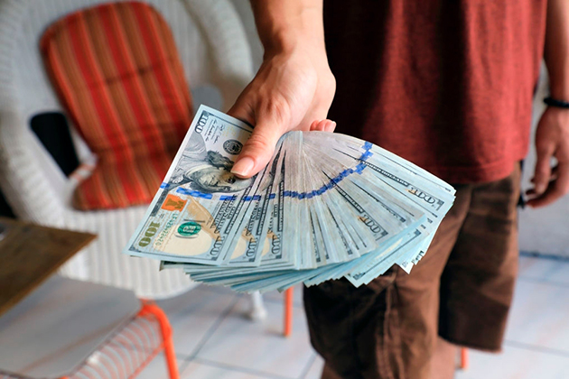 Россияне начали терять интерес к американскому доллару